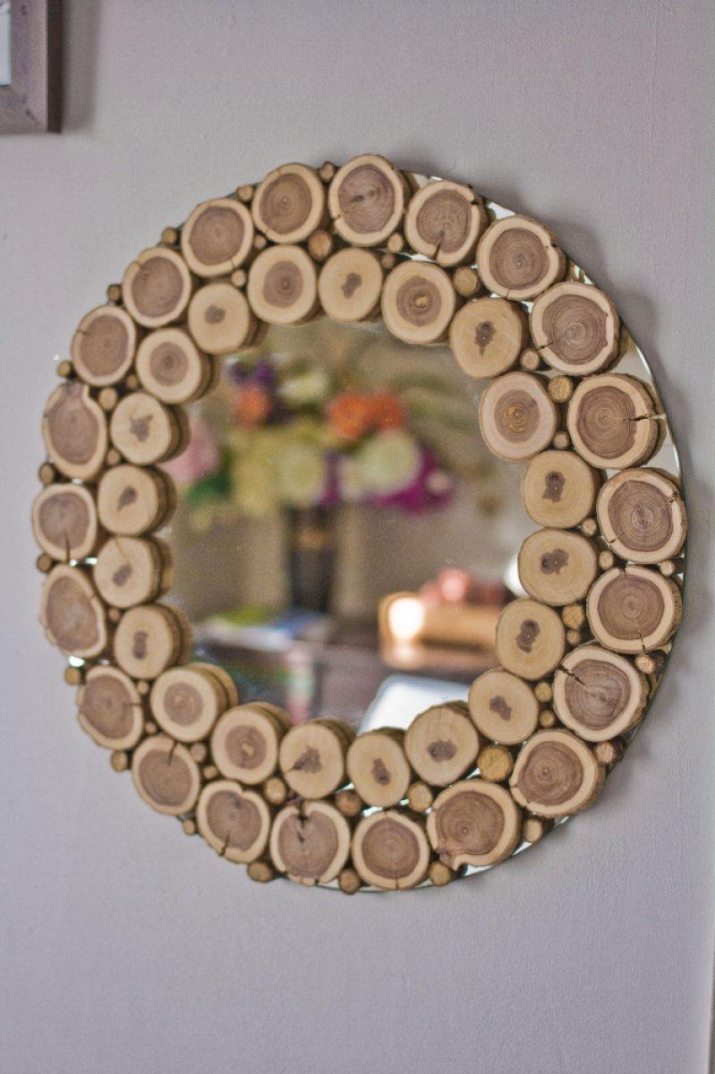 Зеркало круглой формы со спилами дерева