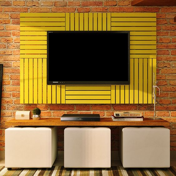 Панель для ТВ консоли выполнена из ярких деревянных решёток жёлтого цвета