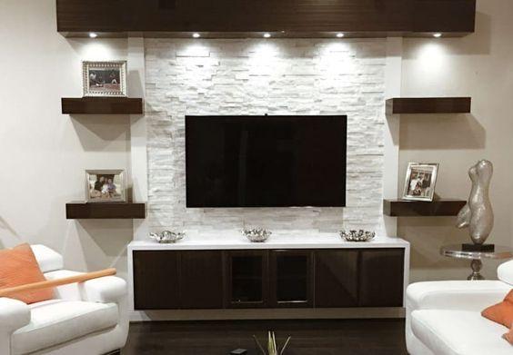 Акцентная стенка под консоль для ТВ выполнена из гипсовой плитки под искусственный камень
