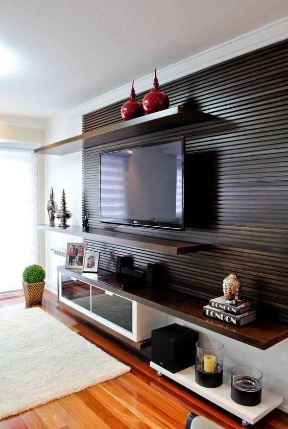 Современная стенка для ТВ с экраном из тёмных деревянных реек